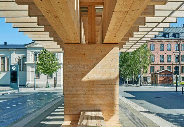 """Träkonstruktionerna vid bussterminalen på Vasaplan i Umeå har gjort att """"… en trafikplats har ombildats till en värdig entré till staden"""", enligt juryn."""