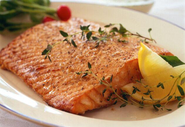 Att mammor äter fet fisk under graviditet och amning tycks minska risken för att deras barn ska bli allergiska.