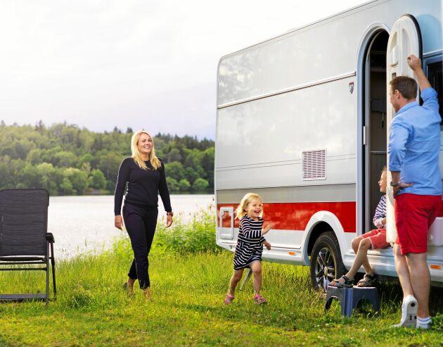 För barnfamiljer och även äldre par är husvagnen fortfarande mer poppis än husbil.