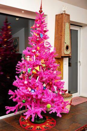 Även om den läckert rosa granen är gjord av plast så håller den i många år, till och med årtionden.