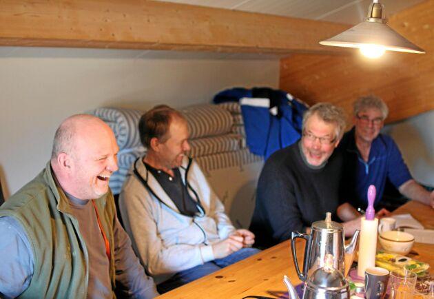 """Inga sura miner. """"Man måste få skratta och ha kul"""", säger Peter Hildebrand (t v), vars ladugård gruppen träffas i."""