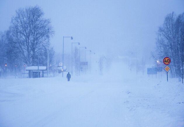 En fotgängare i i Hemavan. Stormvarning råder i Norrlandsfjällen, och invånarna i Västerbotten uppmanas att förbereda sig för strömavbrott. Bussar och tåg ställs in, och på vissa håll håller skolor stängt när stormen Jan drar in över landet.