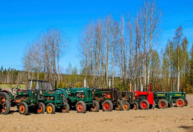 Traktorparad i Närke. Ett 20-tal traktorer, de flesta från Hjelmarebygdens vetrantraktorförening, samlade i Lännäs för vårbruk.
