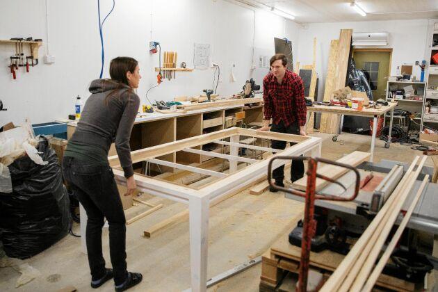 Både Therese och Andreas gillar att snickra och renovera, här bygger de ett nytt spelbord.