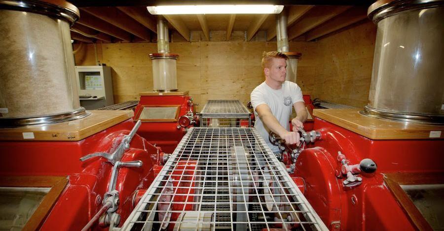 Andreas rattar kvarnens nya, röda valsverk - hämtat från Tyskland.