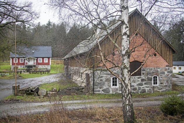 Gården ligger vackert i det kuperade landskapet, med väldiga gamla ekar, bergknallar, små åkerlappar och beteshagar.