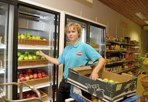 Emma Hallberg jobbar deltid i butiken. Hon är också anställd på Postnord.