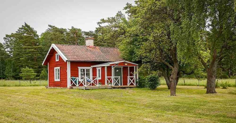 Röd stuga med den gamla stilen bevarad.