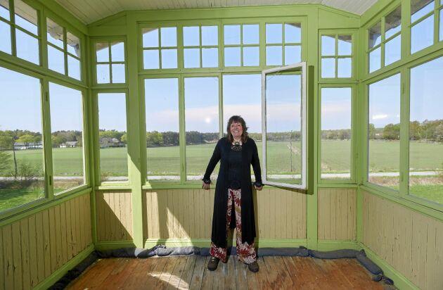 Jette på sin punschveranda på andra våningen, med utsikt över landskapet i Listerlandet.