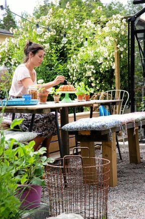 Uteplatsen hon Mia Kinoko i Huddinge är budgetsmart och hemfixad. Bordet är en enkel träskiva, som placerats ovanpå bockben från Ikea. Sittbänken är hemsnickrad av spillvirket från andra snickeriprojekt. Här ryms hela familjen och några till.