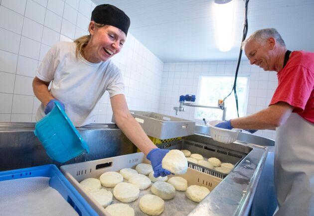 Den färdiga osten plockas upp av Maria Tuvesson Lindgren och Carlos Lindgren.
