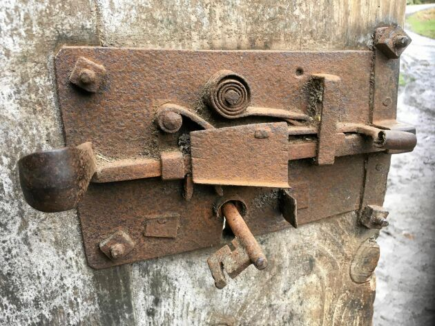 Ett flera hundra år gammalt järnlås på ladudörren.