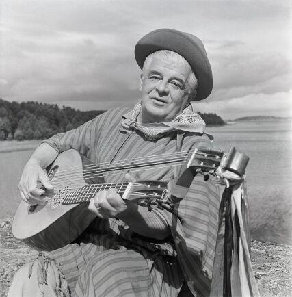 """""""Visst måste den svenska sommaren ha funnits innan Evert Taube, men hur såg den ut?"""" frågades sig Bo Strömstedt som var chefredaktör Expressen. Här är viskungen under inspelningen av filmen Sjösalavår 1949."""
