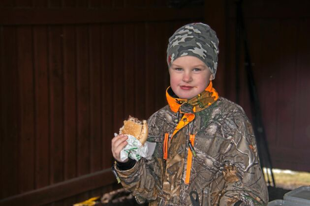 Gott med hamburgare efter en dag i skogen då Robin Sjölund fick hjälpa pappa med jaktlederiet.