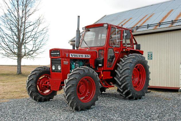 Volvo BM 704 fanns aldrig på marknaden. Den här traktorn är unik. Det är troligen den enda T 700 i världen som har mekanisk fyrhjulsdrift.