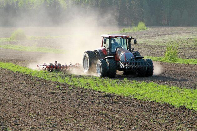 De gällande jordbruksstöden får harva vidare ett år till, enligt EU-kommissionens förslag.