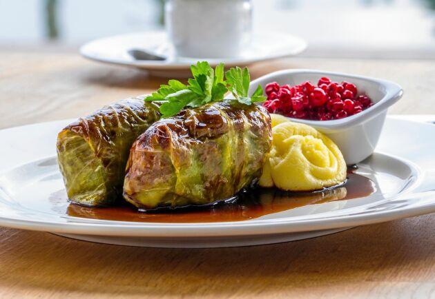 Servera kåldolmarna med det du gillar bäst, potatis eller potatismos.