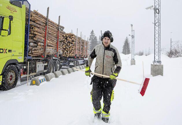 Kvastar med längre skaft vore bra men annars fungerar terminalen väldigt bra säger Kristoffer Granström som kör för Haparanda renhållnings AB.