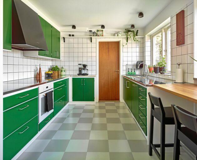 GLAD GRÖN. Rakt enkelt och med en gammaldags känsla. Köket Banér Grön från Kvänum flirtar med 1960-talsköket. Ps. Lägg märke till den rejäla diskbänken, rostfritt utan gränser.