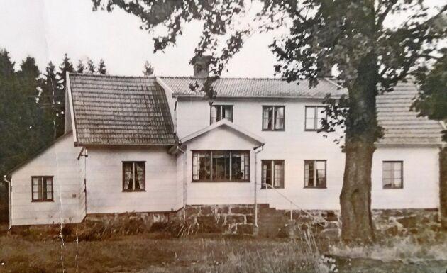 En gammal bild på gården som nu stått öde en längre tid.