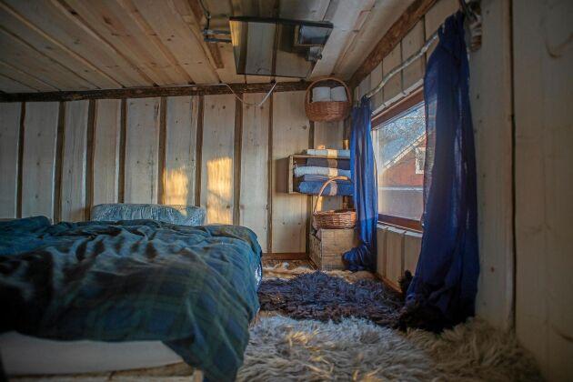 """SOVLOFT. Ett """"tiny house"""" måste vara yteffektivt. Sovrummet finns på ett loft ovanför köksdelen."""