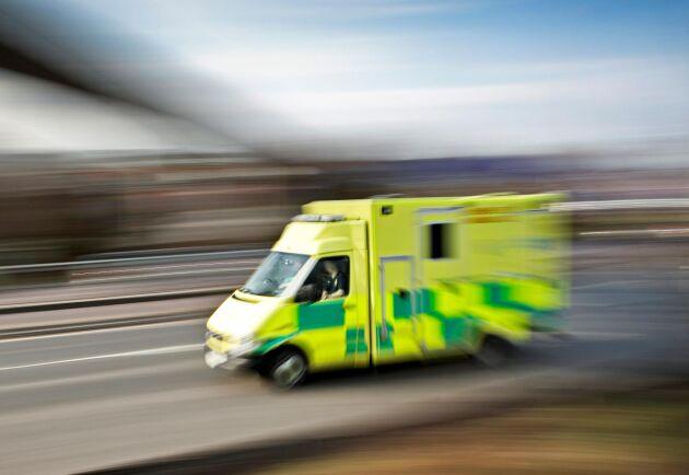 Den skadade mannen fördes i ilfart till sjukhuset i Kristianstad.