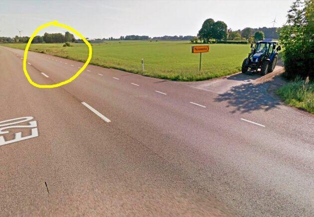 I den gula ringen syns avfarten som Kasper Svensson jämnade till med den blå traktorn till höger i bild. Det var där som polisen kunde leda av den skenande semitrailern/lastbilen från E20 och ut på åkern.