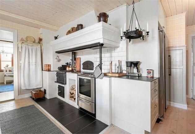Köket har så väl moderna vitvaror som en härligt rustik originalspis i järn.