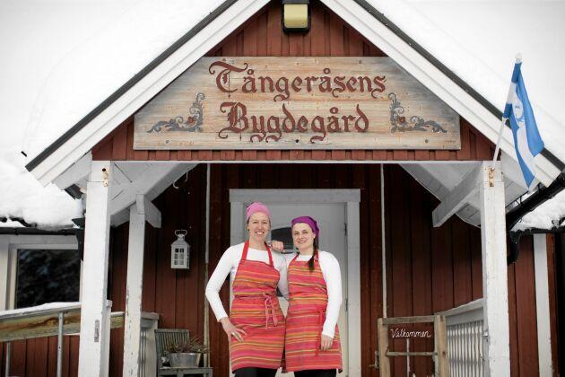 Ulrika och Madeleine utanför bygdegårdens kök, som är hjärta i både byn och i deras företag.