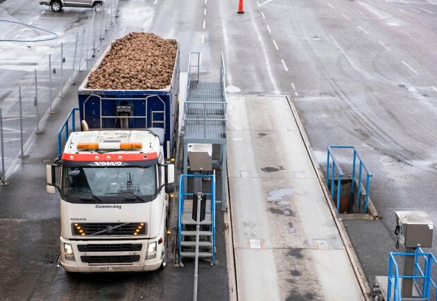 Kapacitet. En lastbil med släp och vagn håller fabriken sysselsatt i 2,5 minut.