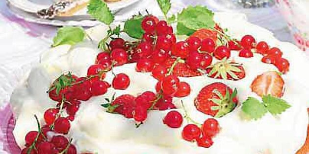 Rabarbertårta med jordgubbar och röda vinbär