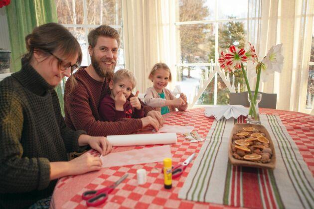 Familjen njuter av att ta det lugnt och ha tid att julpyssla tillsammans.