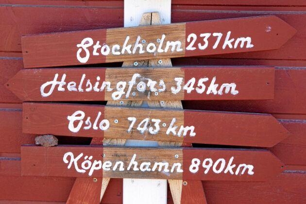 Mitt i Östersjön ligger Kökar. Fasta Åland är två och en halv timme bort med färja. Ska du till Finland är restiden lika lång.