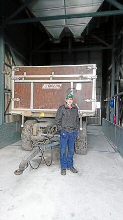 Spannmålsbonden Peter Wahlgren är noggrann med att rengöra tröskan innan han ställer in den.