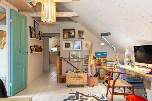 På övervåningen finns detta funktionella och lekfulla arbetsrum för både stora och små.
