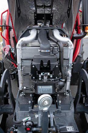 Under huven sitter en Perkinsmotor på 3,4 liter och 113 hästkrafter. När huven öppnats är motorn helt frilagd och traktorns storlek gör att arbetshöjden är bekväm.