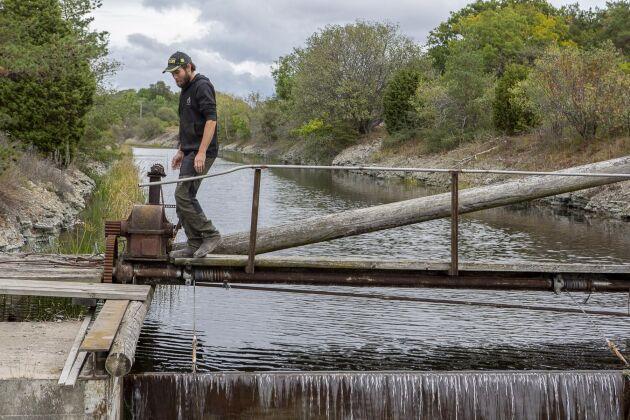 Andreas Nypelis, projektledaren för dammluckebytet, vid Storkanalen som är 12 km lång.