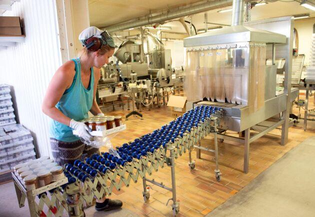 På Torfolks syltfabrik blir 100 ton bär sylt varje år. Agnes Moderato packar storsäljaren ekologisk hjortronsylt.