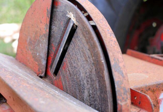 Tiomannaskivan har två knivar som går att demontera, skärpa och justera.