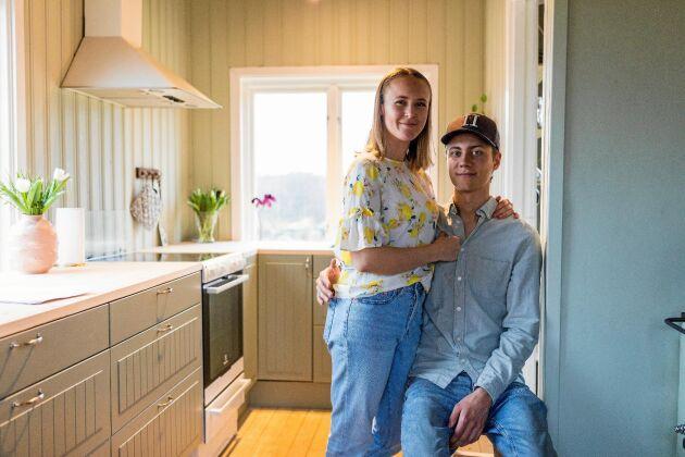 """Julias och Toms kompisar tycker att det är """"helt sjukt"""" att de skaffade hus så tidigt och flyttade ut på landet. Men de kommer gärna på besök och vill ha midsommarfest här."""
