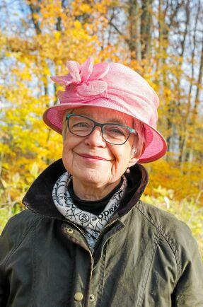 Elna-Brith af Wåhlberg tar på sig en hatt i viskostyg för att berätta om till exempel klädmaterial från skogen.