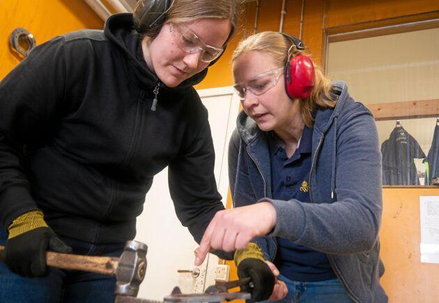 Förstaårsstudenten Elina Hellman får hjälp av läraren Johanna Svensson.