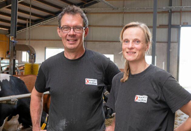Med en egen kvarn och mottagning sparar Hans och Anna Samuelsson varje år 1000 kronor per ko genom att producera eget kraftfoder.