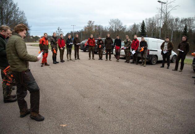 Samling. Innan dagens jakt börjar dras förutsättningarna igenom på en parkering i Alvesta.