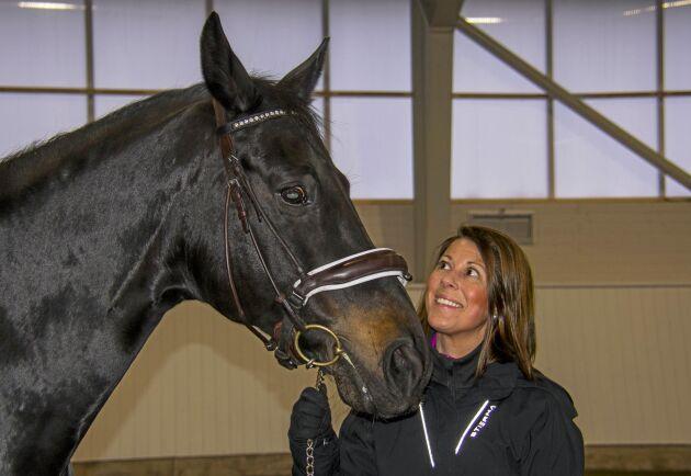 Två egna hästar har Louise Albansson.