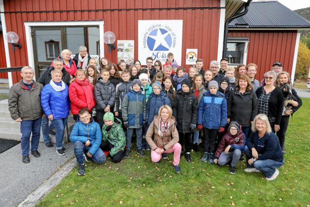 En barngrupp i Kärrsjö där Hoppets Stjärna har arrangerat lägerverksamhet sedan 1970.