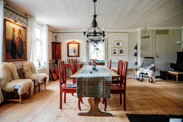 Ett av de enorma sällskapsrummen i Täppans gård, med rejäla, flera hundra år gamla golvbrädor.
