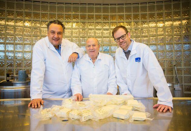 Norrmejerier och Fontana Food ska samarbete för att tillsammans ta fram en så kallad grilloumi med norrländsk mjölkråvara. Från vänster: Loizos Papadopoulos och Frixos Papadopoulos vd respektive ordförande för Fontana Food samt Anders Fredriksson vd för Norrmejerier