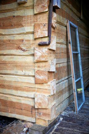 """Inne i ladan timrar Markus på en tillbyggnad, en """"varmfarstu"""" till torpets baksida."""
