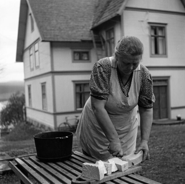 I byn Näs utanför Örnsköldsvik tillverkar Anna Karlsten tvål av tillvaratagit fett från avfall och från slakt. Under kriget var tvål en ransonerad produkt. (1942)